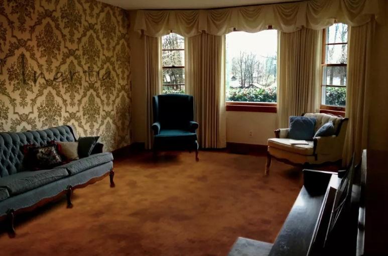 Sufrageria cu un decor vechi